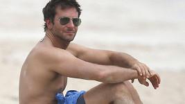 Bradley Cooper byl na pláži sám.