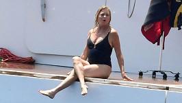Goldie Hawn tráví volno u italského pobřeží.
