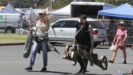 Cameron a Benji odcházeli z blešáku obtěžkaní úlovky.