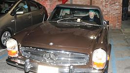 John Travolta ve svém mercedesu na archivním snímku.