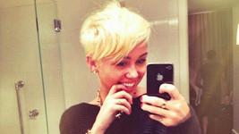 Miley Cyrus je z nového účesu nadšená.