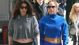 Jennifer Lopez (vpravo) má se sestrou Lyndou hezký vztah.