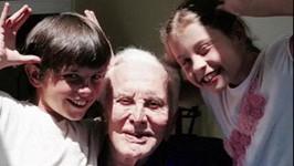Kirk Douglas s vnoučaty