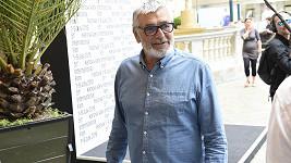 Jiří Bartoška vypadá skvěle a rozdává úsměvy...