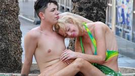 Lauren Harries (39) se svým zajdou Connorem Yemem (21) ve Španělsku