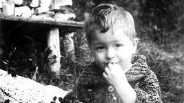 Z tohoto dítěte vyrostl smutný, ale velmi populární zpěvák.