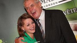 Miloš Zeman se tiskl k mladé dívce. A nebyla to jeho žena!