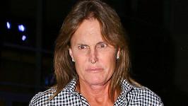 Bruce Jenner nebyl z přítomnosti fotografů nadšený.