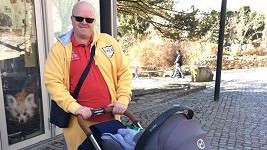 Hrdý tatínek na procházce.