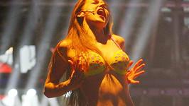 Zpěvačka Barbora Hlinková se neváhá svlékat na pódiu.