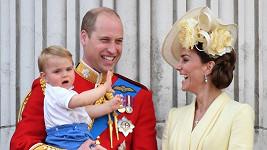 Princ Louis byl hvězdou balkonu v Buckinghamu, odkud královská rodina zdraví lid.