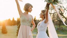 Taylor Swift (vlevo) šla za družičku.