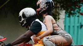 Takhle se Rihanna proháněla ulicemi Miami...