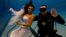 Anife se fotila ve svatebkách několik metrů pod vodou.