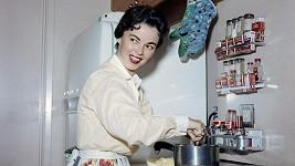 Léta padesátá a Shirley jako zaměstnaná maminka u plotny...
