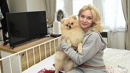 Bára Mottlová se svým psím miláčkem