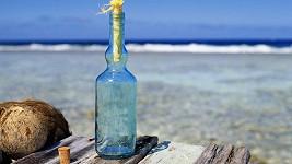 Muž každý den posílá do moře vzkaz v láhvi.