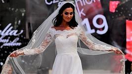 Eliška Bučková předvedla svou štíhlou figuru v romantických svatebních šatech.