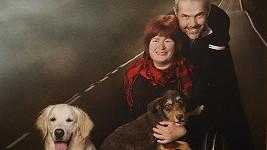 Marek Eben s manželkou Markétou Fišerovou a psí smečkou.