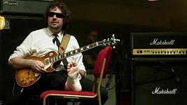 Kytarista kapely Laura její tygři odehrál koncert po úrazu v sedě.
