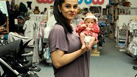 Laďka se svou dvoutýdenní dcerou Medou.