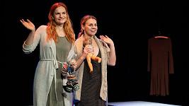 Iva Pazderková a Martina Randová zkoušejí hru Třetí prst na levé ruce.
