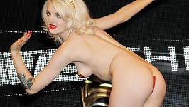 Katrina Darling jako burleskní tanečnice.