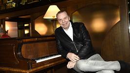 Opěrní pěvec vydává nové album.