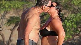 Láska mezi Piercem Brosnanem a Keely Shaye Smith nevyprchává...