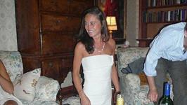 Pippa v bílých minišatech na privátní party, kde o alkohol nebyla nouze.