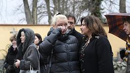 Dominika Gottová pláče u hrobu Karla Gotta