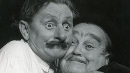 Poslední karlínská divadelní inscenace v hlavní roli s Vlastou Burianem Zavinil to Ferkl? (1953)totálně propadla. Burian na snímku s hercem Frantou Černým.