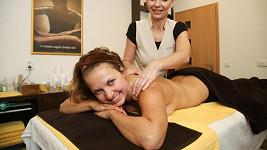 Andrea klidně předvedla svá nahá záda.