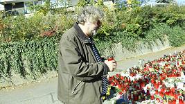 Jan Hřebejk zapálil na Bertramce svíčku za Karla Gotta.