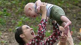 Takhle dováděl s maminkou Melanií a tetou Rachel v newyorském Central Parku.