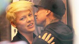 Pink a její mnažel Carey Hart čekají druhé dítě.