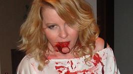 Iveta Bartošová byla od hlavy k patě od krve.