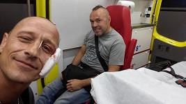 Matěj Homola (vlevo) z Wohnoutů zdraví ze sanitky.