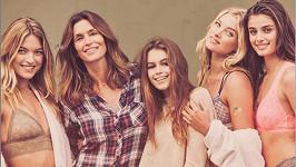 Kaia s maminkou Cindy a modelkami Marthou Hunt, Taylor Hill a Elsou Hosk.