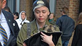 Miley zatím nedokáže mít Moonie stejně ráda jako Floyda.