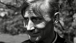 Poznali byste Geoffrey Bayldona i bez vousů?