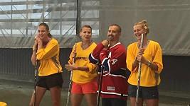Karolína Plíšková a další české tenistky se učily základy hokeje.