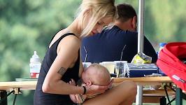 Peaches Geldof krmí svého tříměsíčního synka.