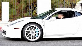Justin Bieber ve svém bílém Ferrari.