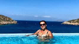 Dana Morávková si z bazénu užívala krásný výhled. Víc pozornosti ale strhla na svůj dekolt.