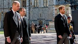 Princové William a Harry nešli ve smutečním průvodu bok po boku.