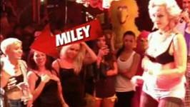 Miley se při sledování 82leté striptérky dobře bavila.