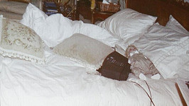 Panenka na posteli Michaela Jacksona.