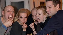 Večírkové obžerství v podání Martina, Dary, Radima, Ivanky a Máry.