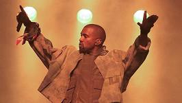 Kanye West je stále v nemocnici.